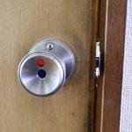 トイレのドアがあかない?カギのかかったドアを外から解除する方法